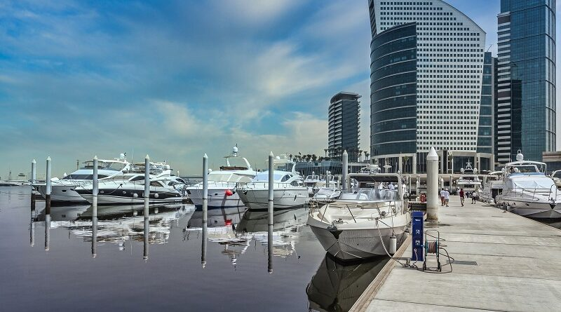 Wide angle shot of a harbor in Dubai under a clear blue sky